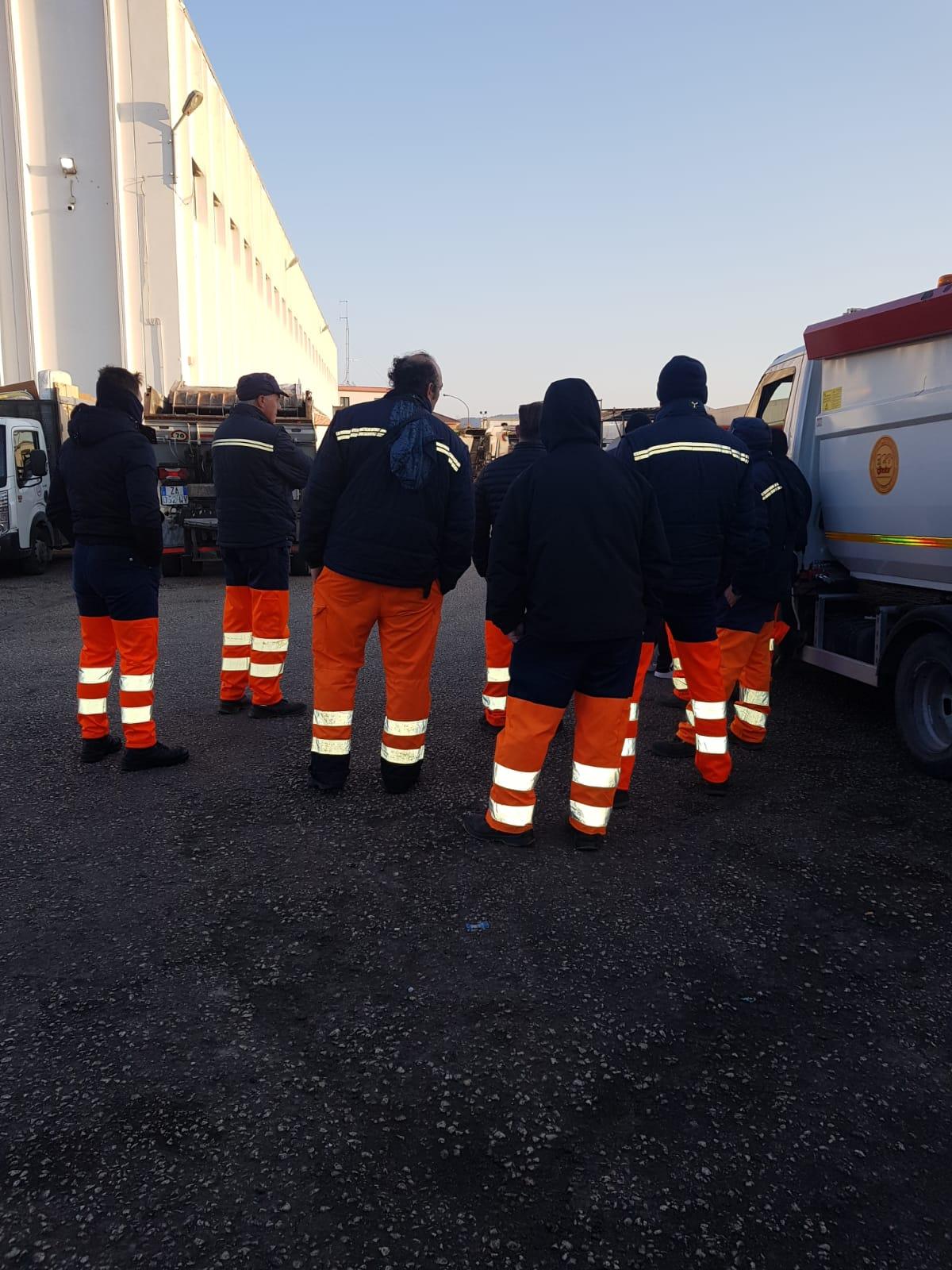 Servizi Nu. prima ricadute dopo l'incendio di due compattatori: ritardi nel giro di raccolta dei rifiuti in via Libertà