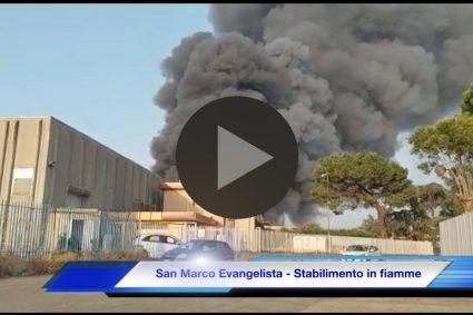 Video e foto. Va a fuoco uno stabilimento nell'area industriale di San Marco Evangelista