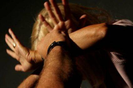 Bastona la madre per denaro, doveva acquistare droga: 19enne arrestato dai Carabinieri