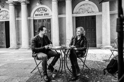 """VIDEO – TRENT'ANNI DI SOGNI DI ROCK 'N ROLL. """"E' ANDATA COSI"""": LIGABUE SI RACCONTA SU RAIPLAY"""